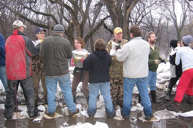 [Photo] Volunteers moves sandbags